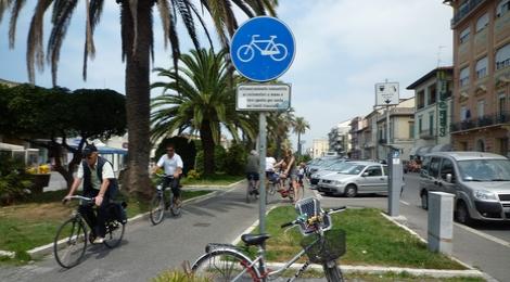 Fietspad in Italie aan de kust