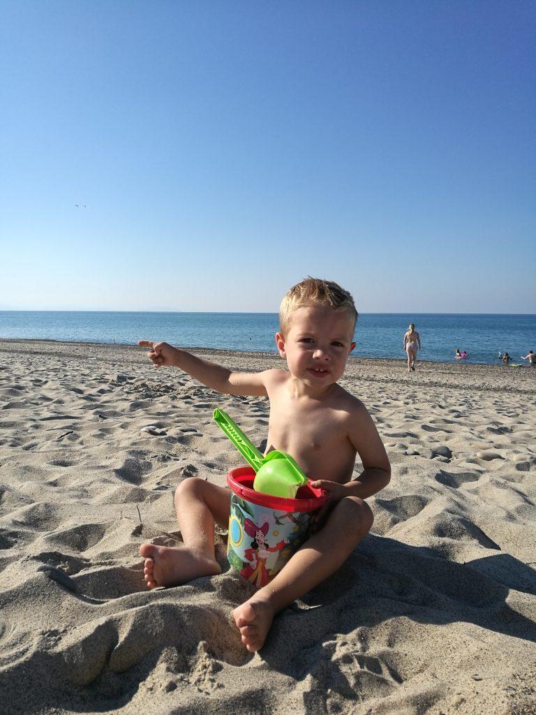 met kinderen in op een italiaans strand