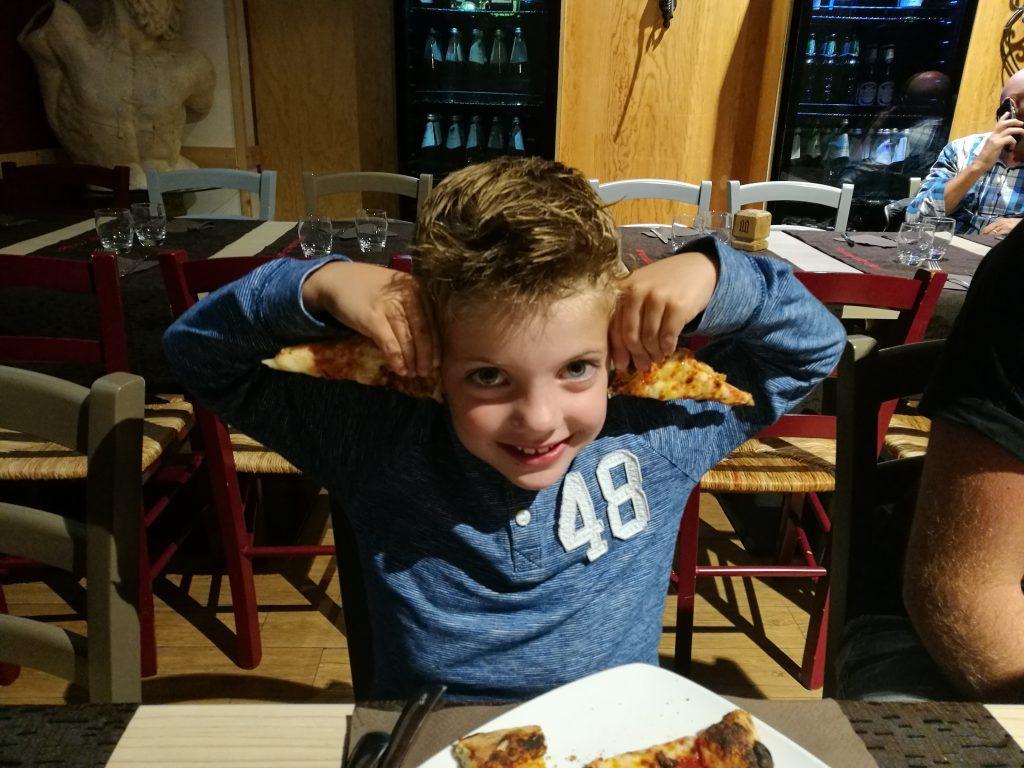 met kinderen in een italiaans restaurant