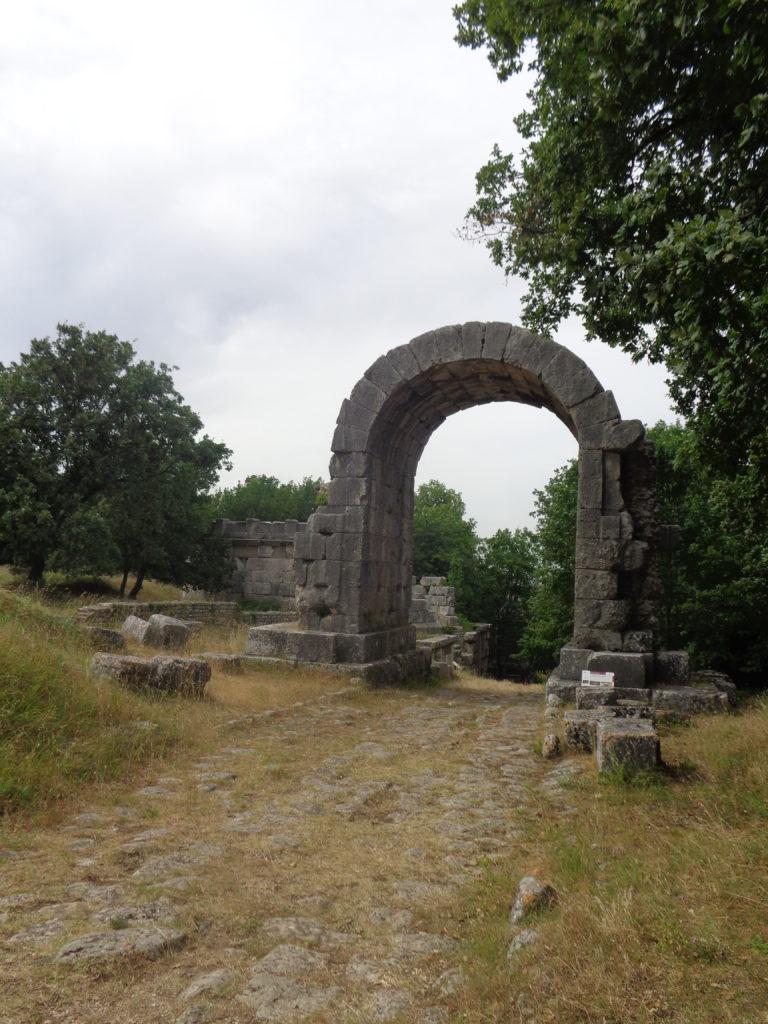 de rondboog van San Damiano gevonden die als symbolische toegang tot de stad fungeerde