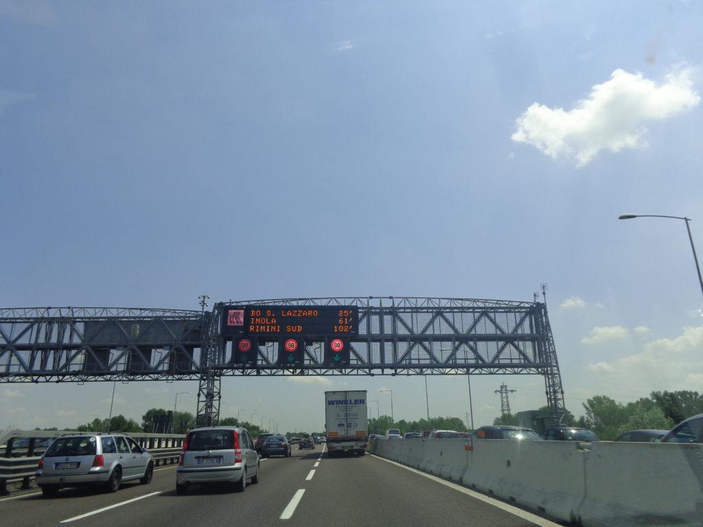 Borden boven de snelweg in Italië